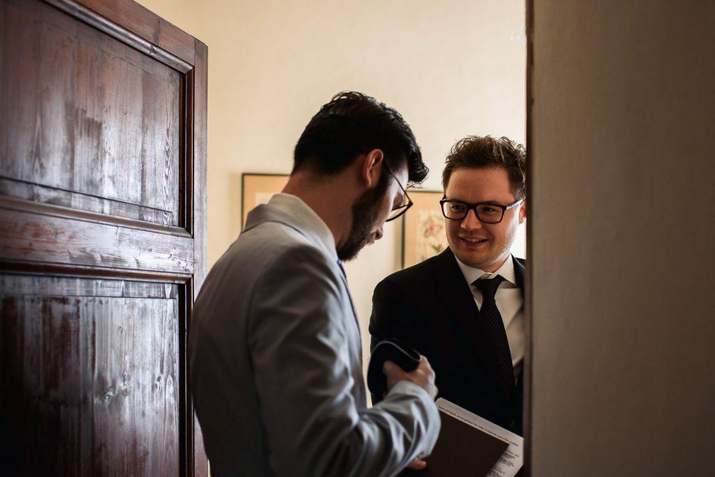 fotografo di matrimonio in toscana lo sposo con il testimone
