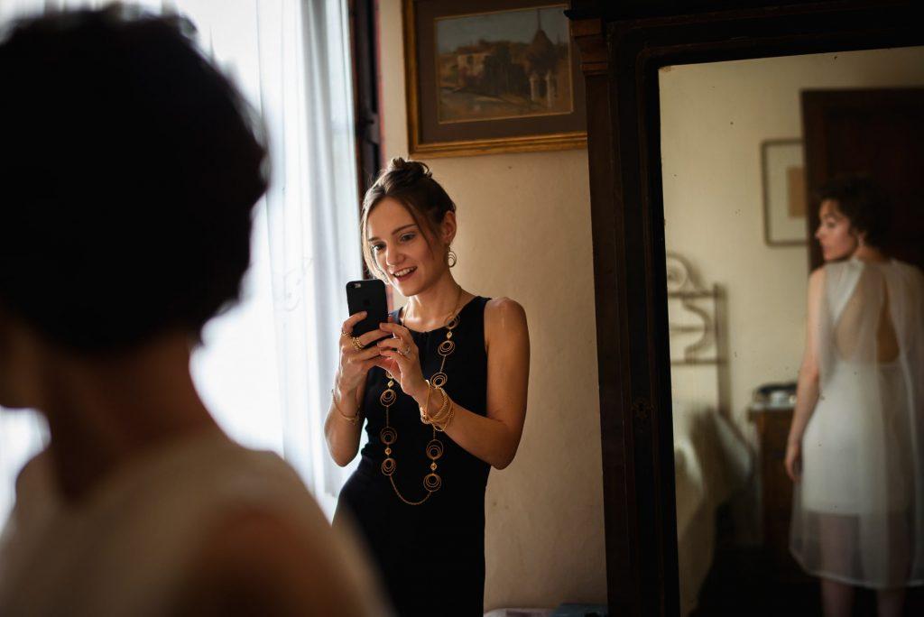 la sposa allo specchio vista dal fotografo di matrimonio in toscana