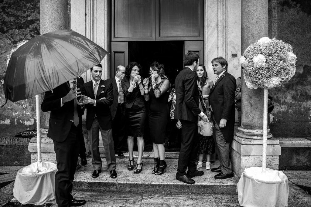 invitati al matrimonio attendono la sposa fuori la chiesa