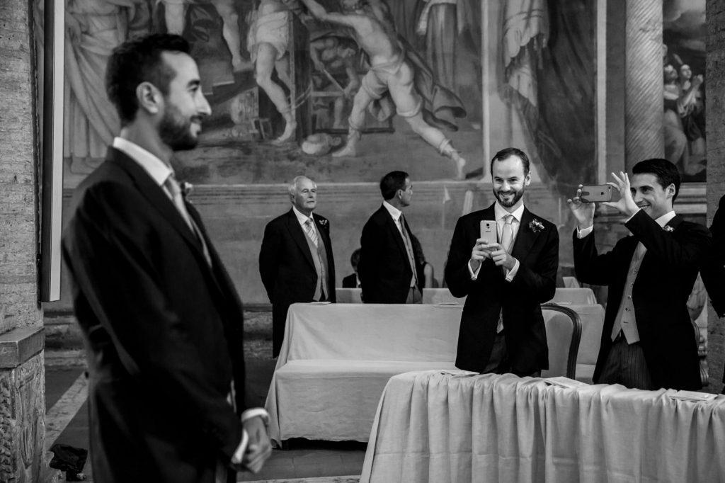 lo sposo attende la sposa dentro la chiesa prima del matrimonio