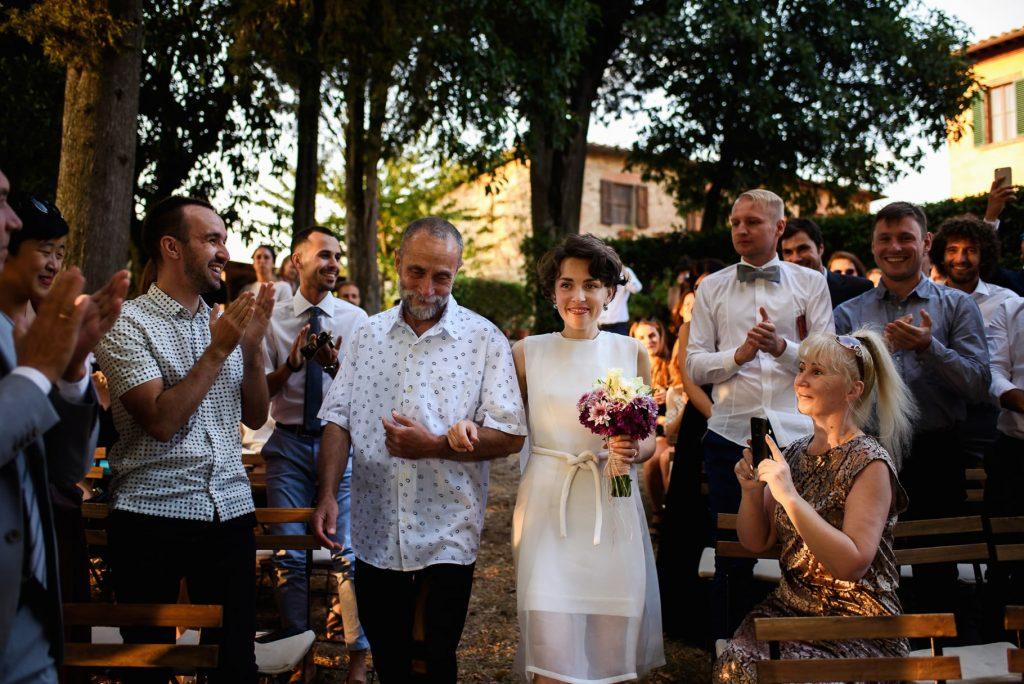 la sposa arriva con il padre alla cerimonia in unÕimmagine colta dal fotografo di matrimonio in toscana