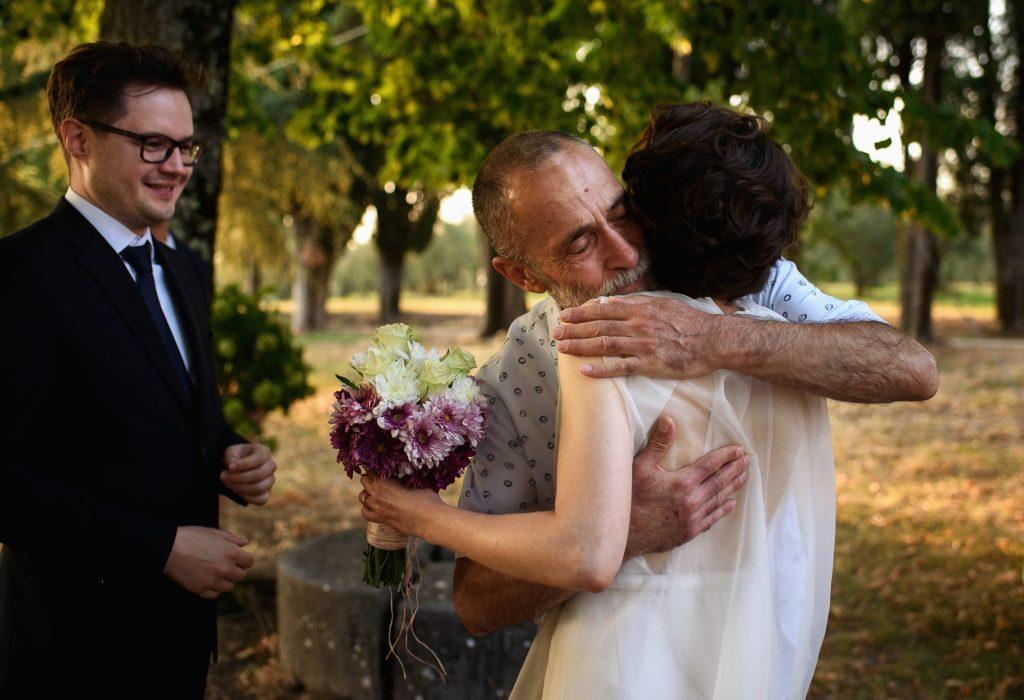 lÕabbraccio della sposa con il papˆ prima della cerimonia di matrimonio in toscana