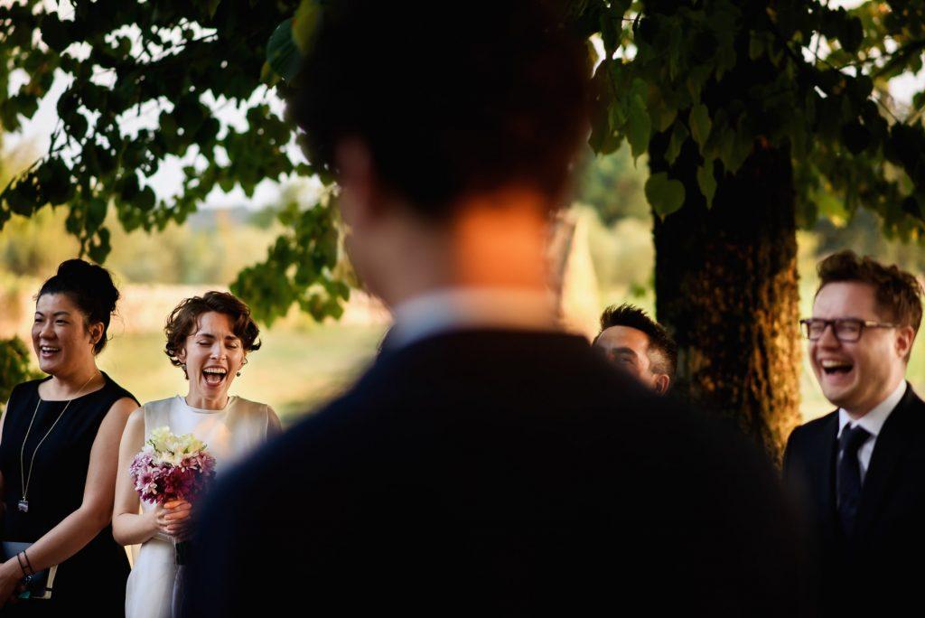 gli sposi durante la cerimonia civile all'aperto
