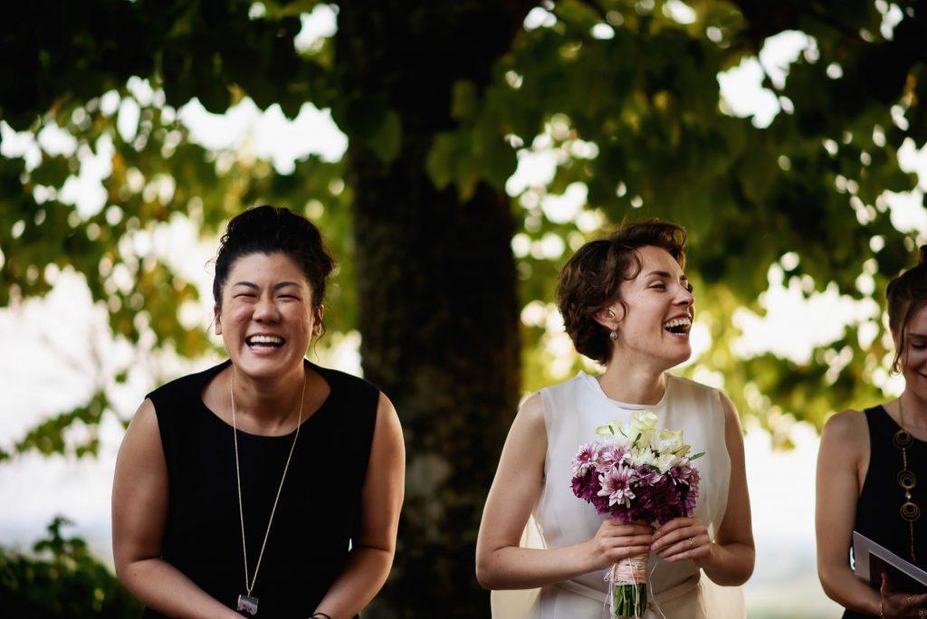 la sposa e la testimone durante la cerimonia civile all'aperto in unÕmmagine colta dal fotografo di matrimonio in toscana