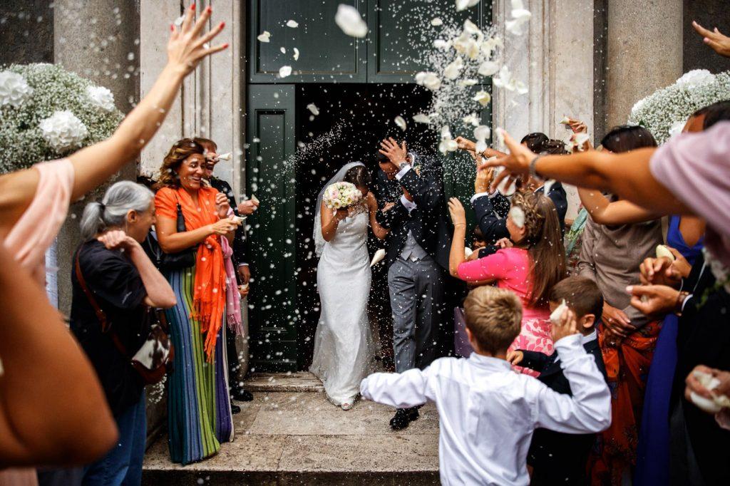 lancio del riso in chiesa allÕuscita degli sposi