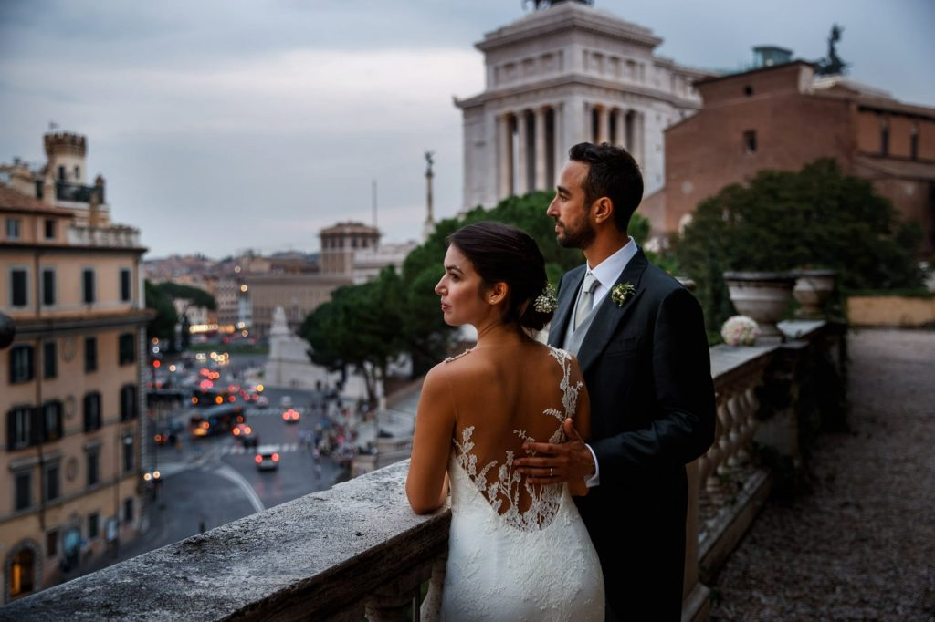 ritratto sposi in esterni al campidoglio prima di andare a festeggiare il matrimonio a villa miani