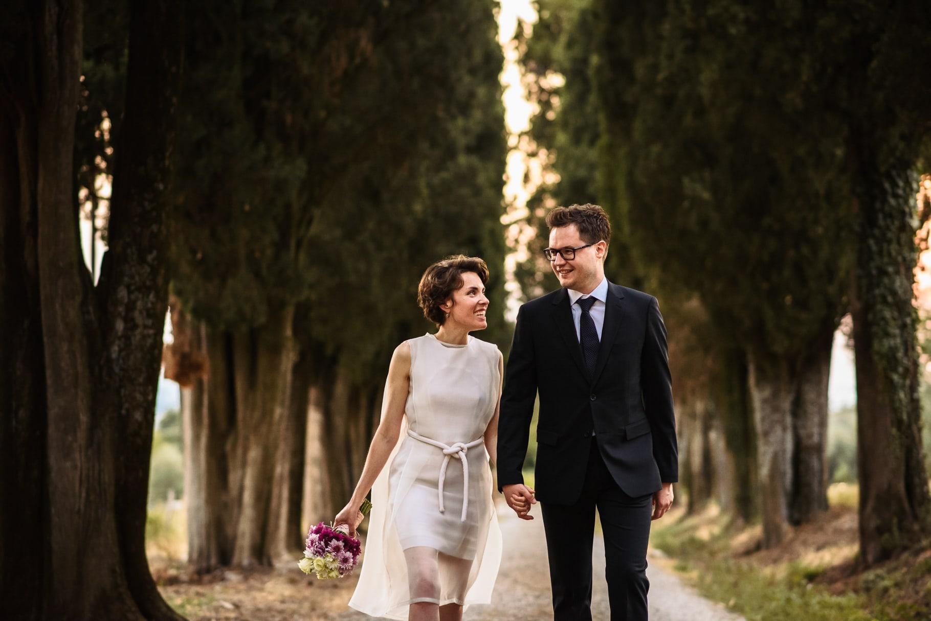 passeggiata degli sposi dopo la cerimonia di matrimonio in toscana