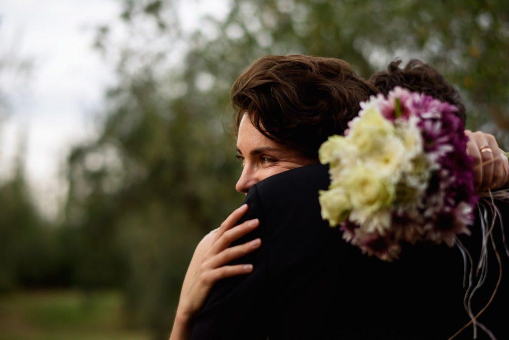 ritratto degli sposi in un momento di tenerezza colto dal fotografo di matrimonio in toscana