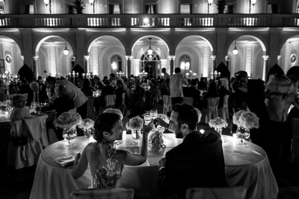 brindisi tra gli sposi al tavolo durante il matrimonio a villa miani