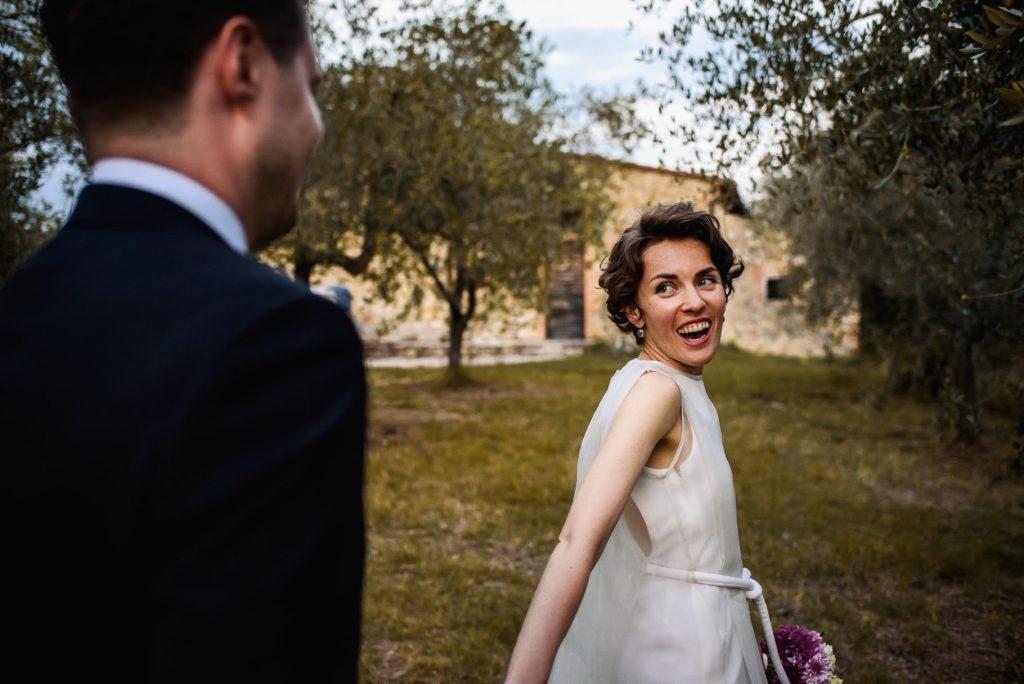 gli sposi passeggiano mano nella mano dopo il matrimonio