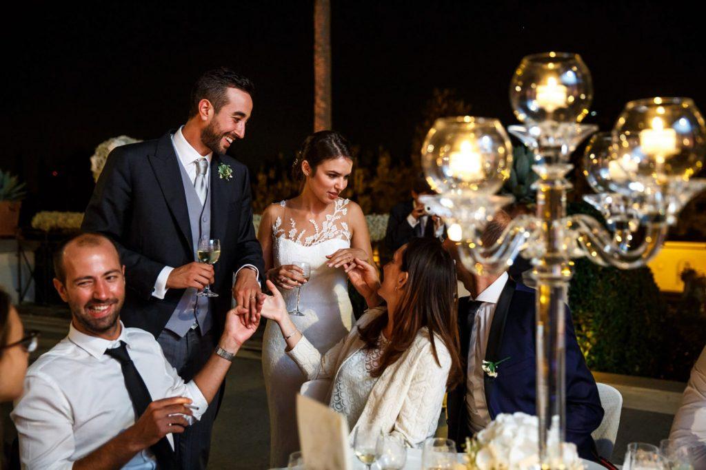 gli sposi parlano con gli ospiti durante il matrimonio a villa miani