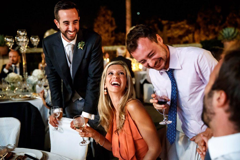 lo sposo con gli ospiti al matrimonio a villa miani