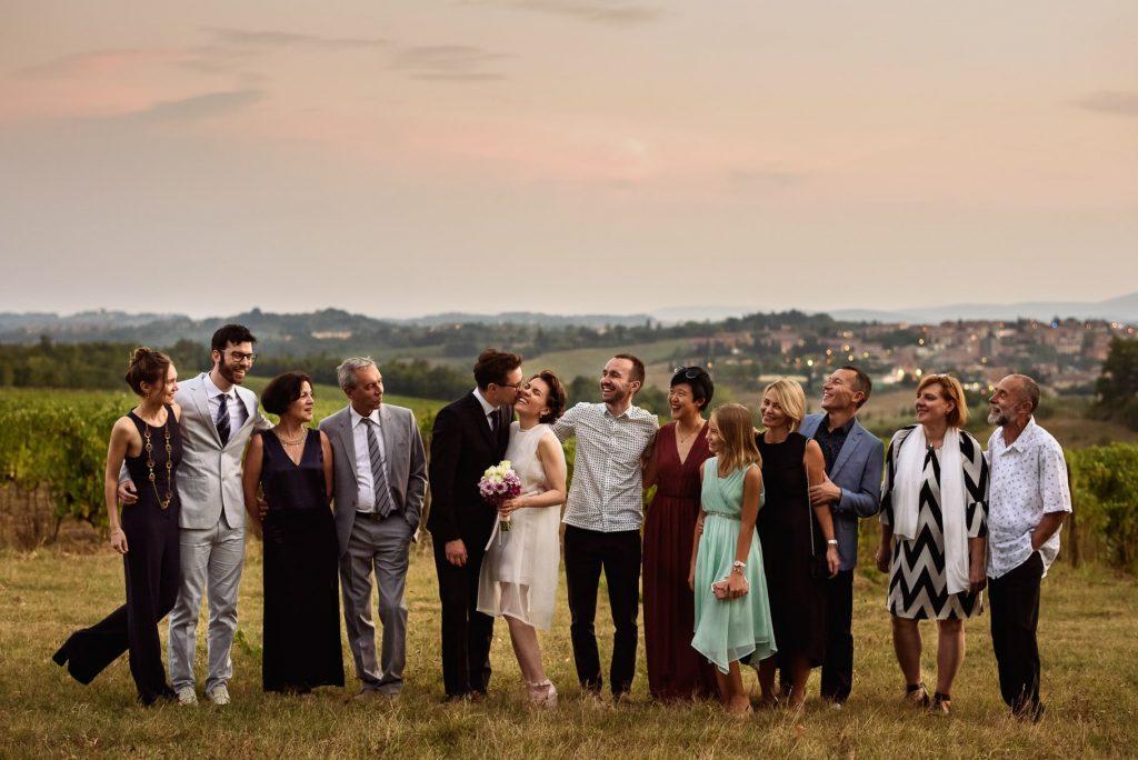 foto di gruppo degli sposi con la famiglia e gli amici realizzata dal fotografo di matrimonio in toscana