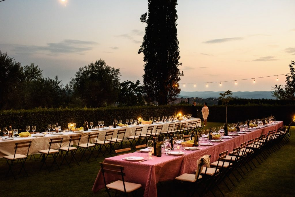 i tavoli del matrimonio allÕaperto alla fattorio di petroio in toscana al tramonto