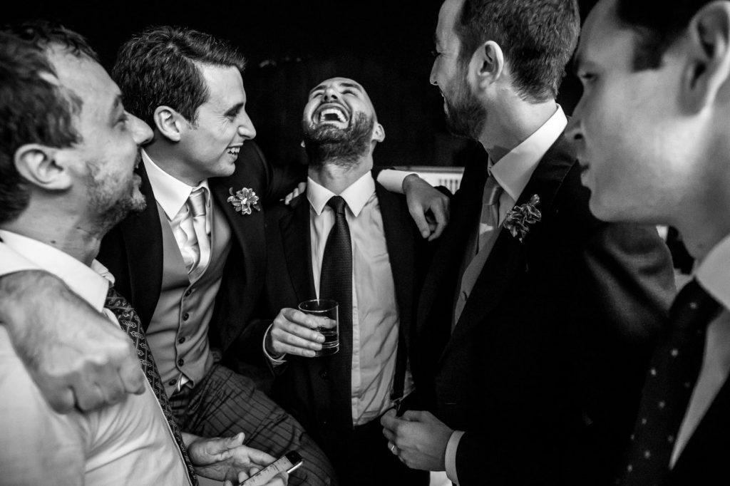 invitati al ricevimento di matrimonio si divertono
