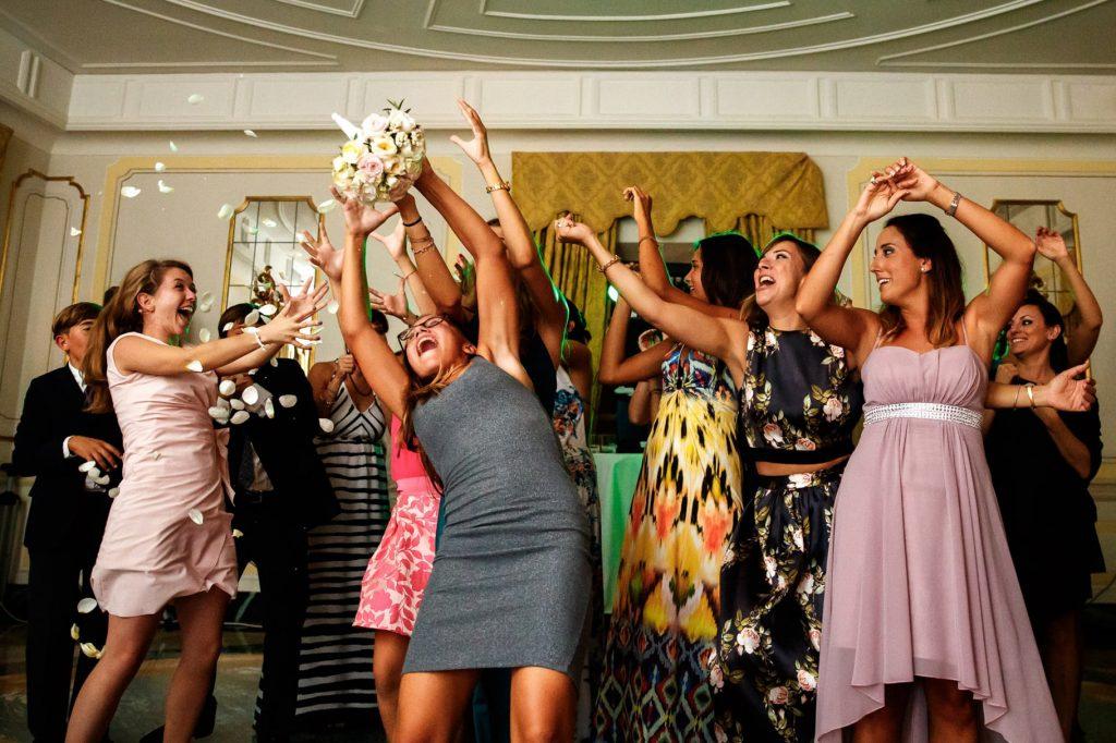lancio del bouquet durante la festa di matrimonio a villa miani