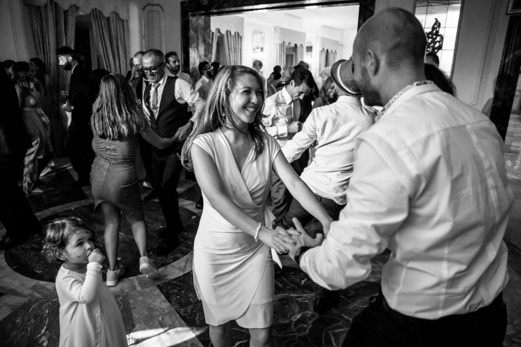 gli ospiti ballano durante la festa di matrimonio