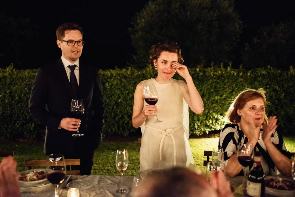 la sposa si commuove al discorso dello sposo durante il matrimonio in toscana