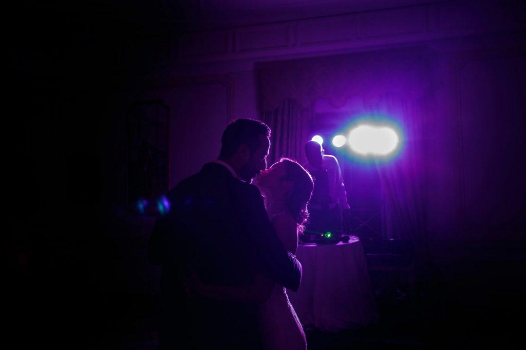 gli sposi danzano nel buio della sala