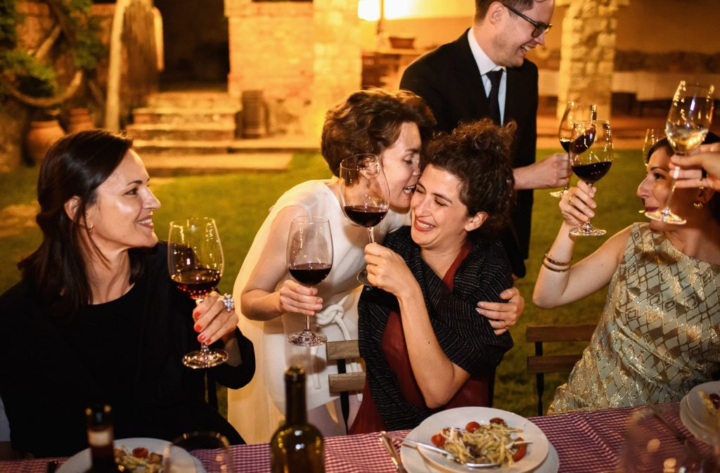 sposa abbraccia un'amica in un momento di affetto colto dal fotografo di matrimonio in toscana