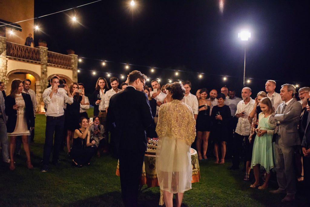 taglio della torta con invitati al matrimonio in toscana
