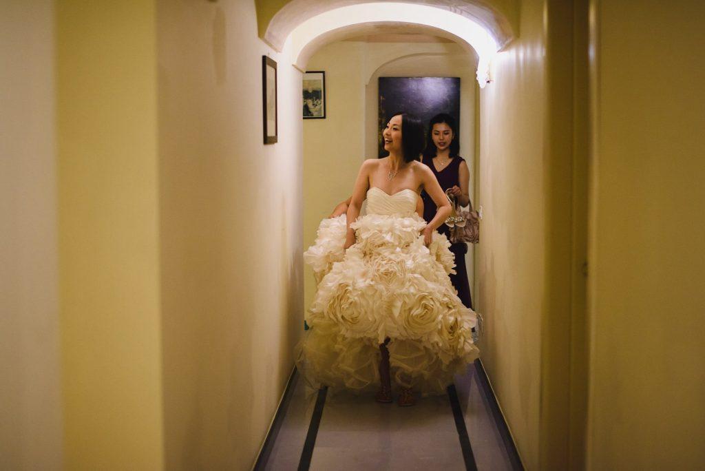sposa con vestito esce dall'albergo