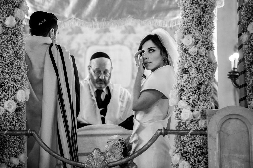 sposa commossa durante la celebrazione rito ebraico