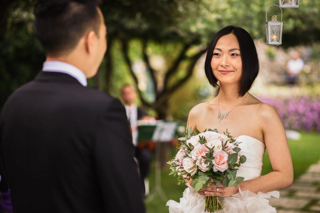 scambio delle promesse tra lo sposo e la sposa durante il matrimonio all'hotel caruso a ravello