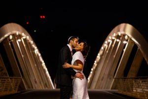 ritratto notturno degli sposi sul ponte della musica a roma