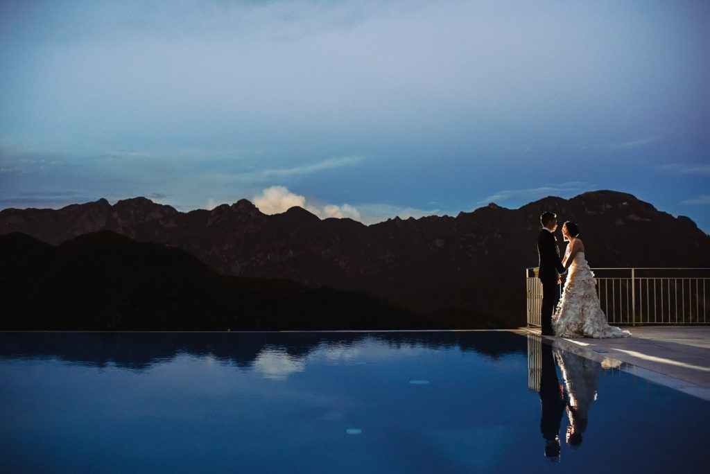 ritratto degli sposi al tramonto il giorno del matrimonio all'hotel caruso a ravello