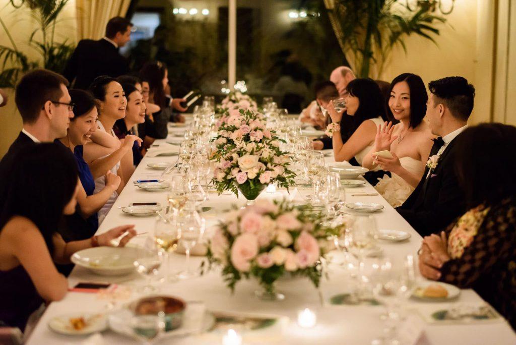 tavolo imperiale con sposi e invitati al matrimonio hotel caruso a ravello