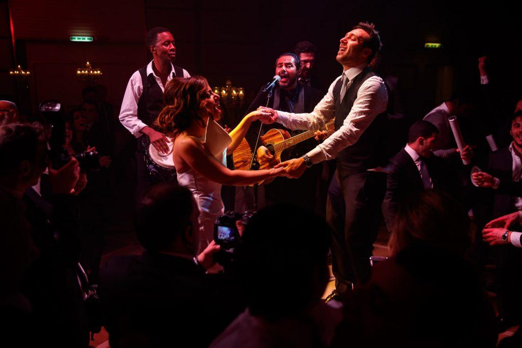 la danza della hora, gli sposi issati sulle sedie
