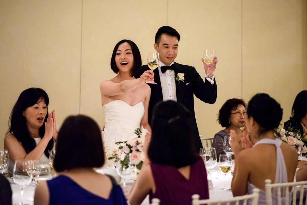 gli sposi brindano durante la cena di matrimonio all'hotel caruso a ravello