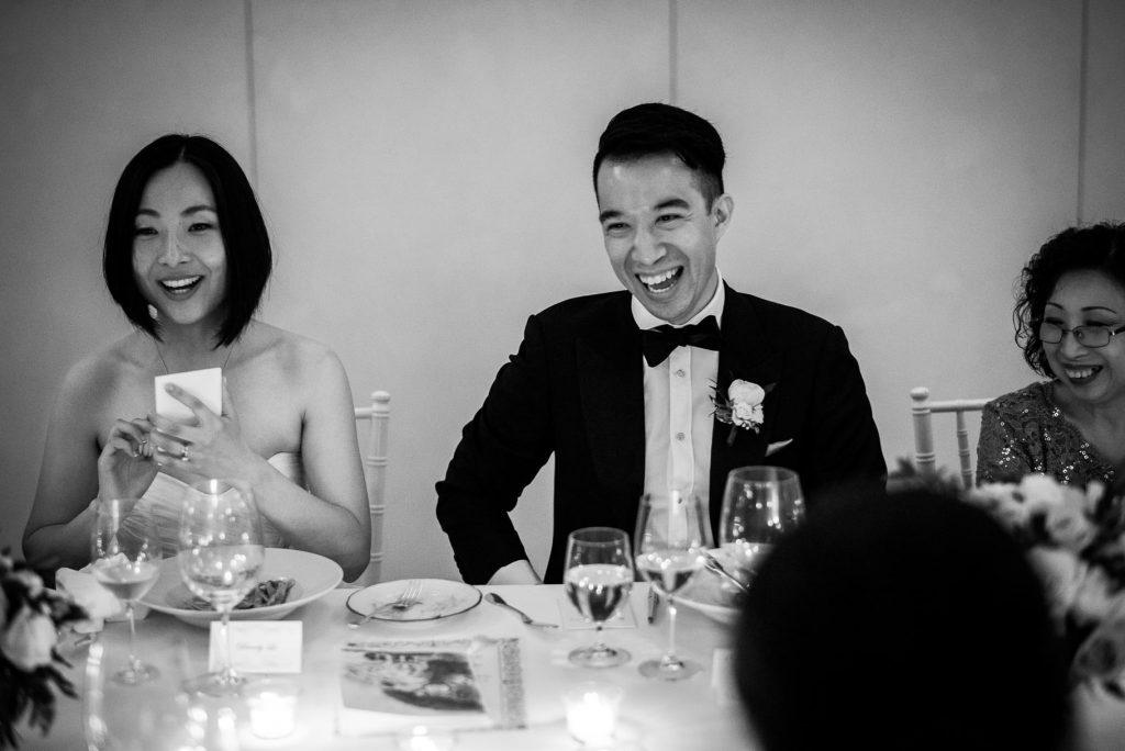 sposi che si divertono durante la cena