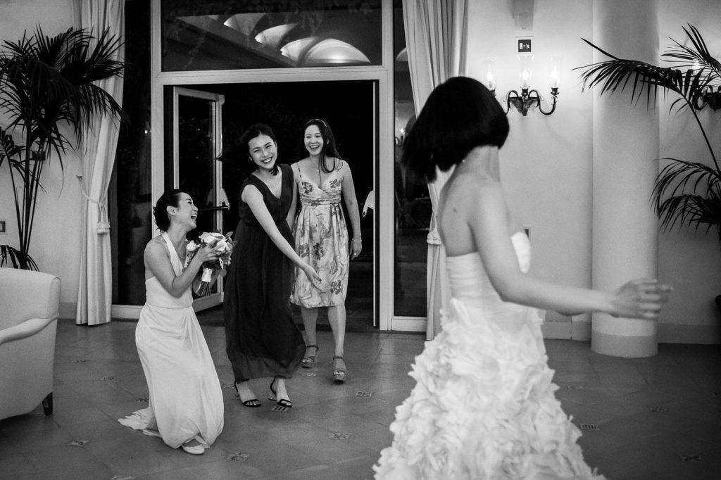 la sposa lancia il bouquet