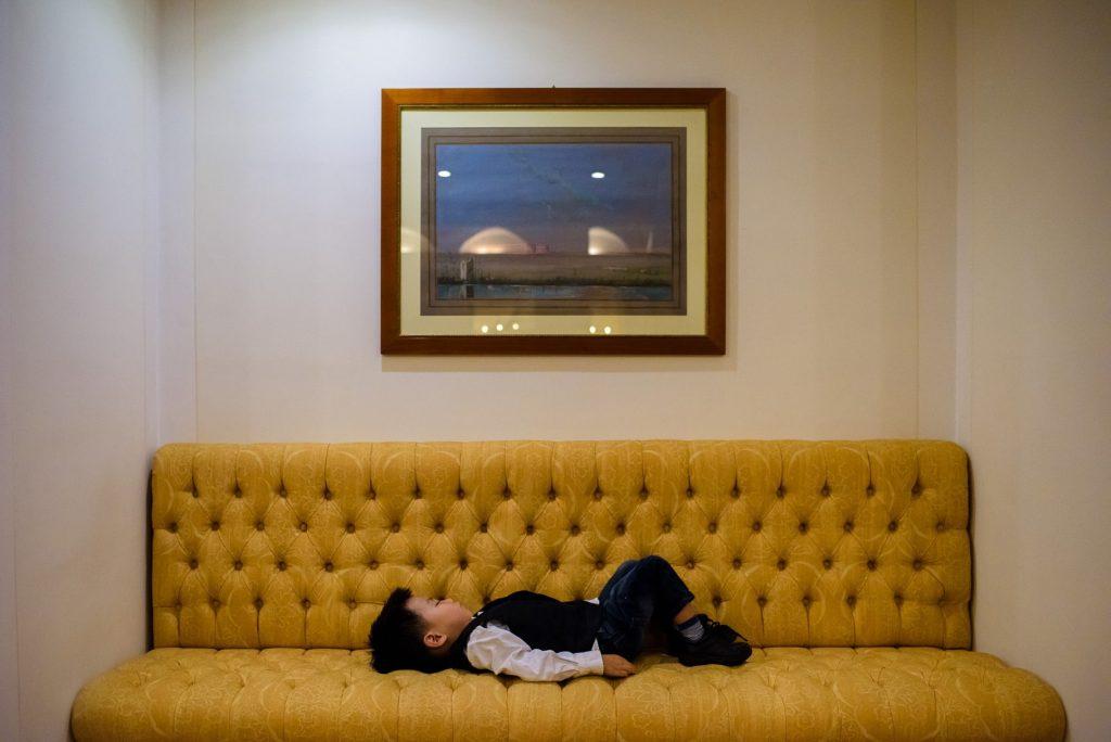 bimbo dorme sul divano durante il matrimonio all'hotel caruso ravello