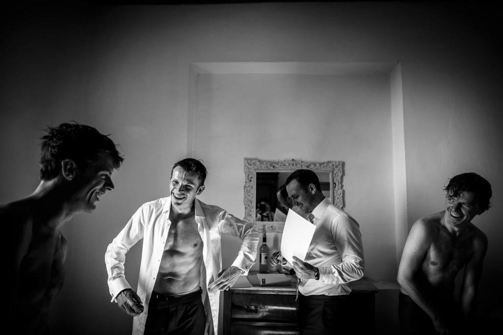vestizione dello sposo con i testimoni prima del matrimonio a villa gamberaia a Firenze