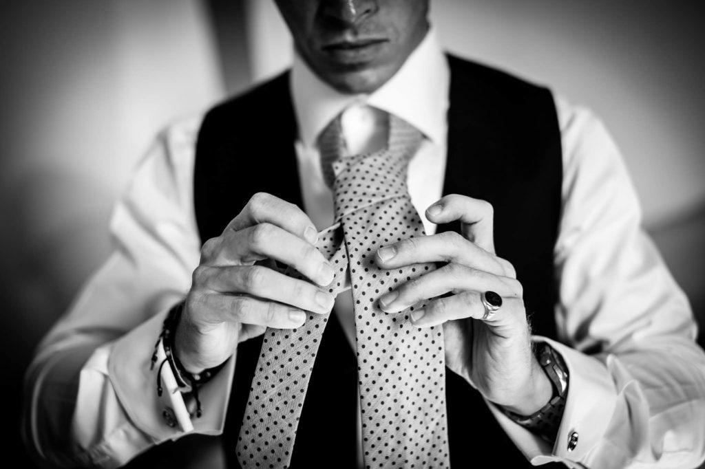 lo sposo si annoda la cravatta particolare