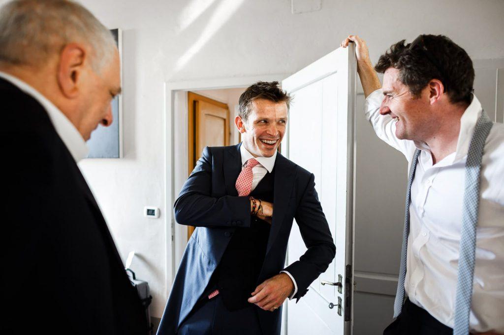 sposo scherza con gli amici al matrimonio a villa gamberaia a Firenze