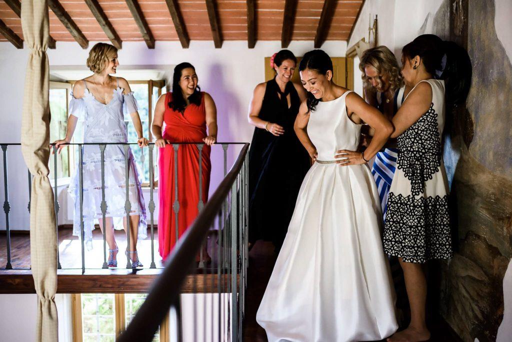 vestizione della sposa con le amiche e testimoni al matrimonio a villa gamberaia a Firenze