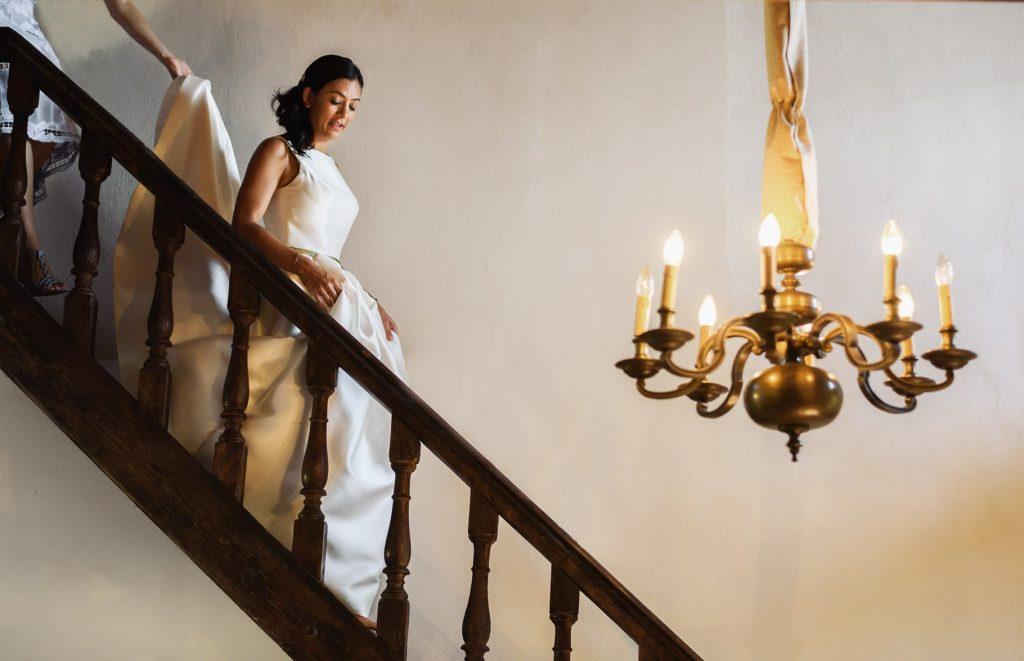 la sposa con il vestito scende le scale
