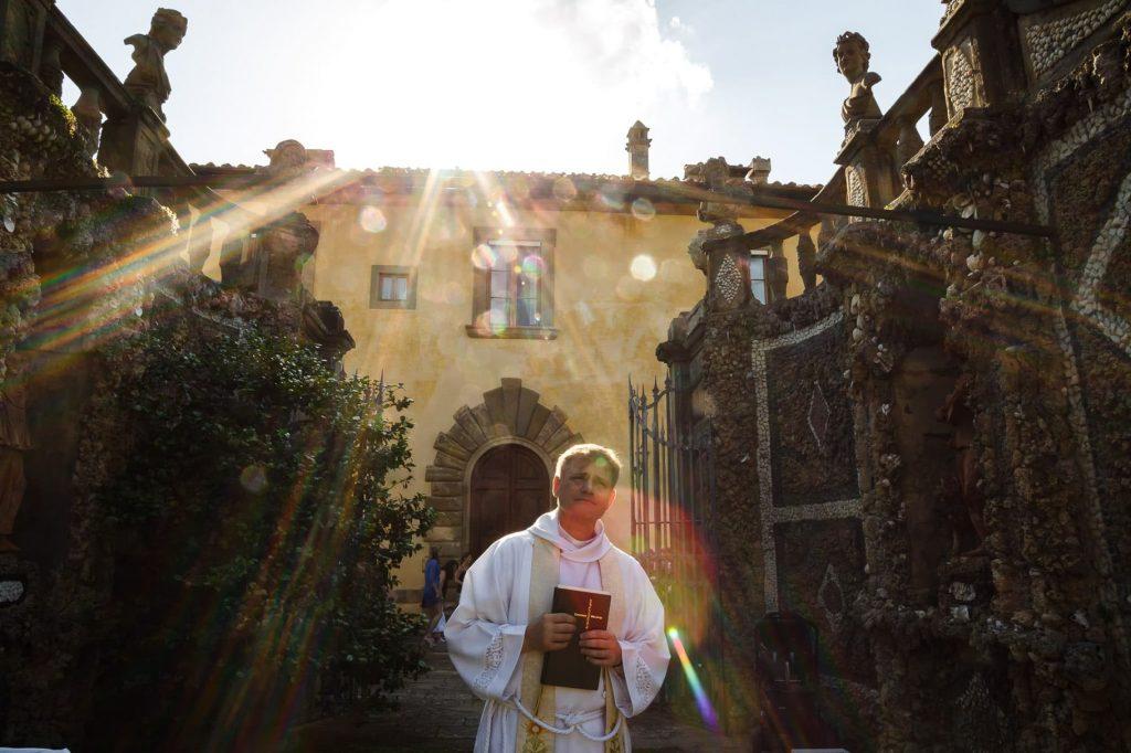 il celebrante attende lÕarrivo della sposa per il matrimonio a villa gamberaia a Firenze