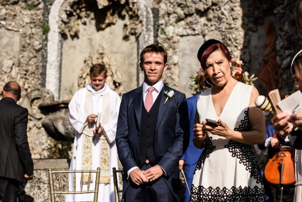 lo sposo e la mamma attendono lÕarrivo della sposa in cerimonia