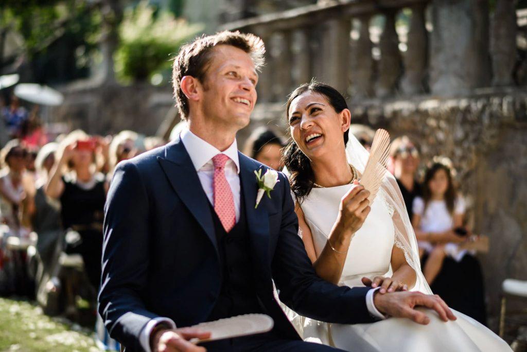 gli sposi ridono durante la cerimonia a villa gamberaia