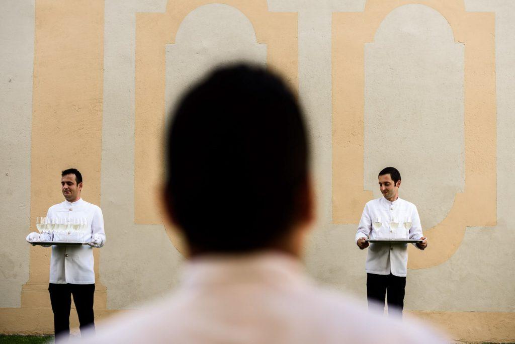 camerieri durante lÕaperitivo del matrimonio a villa gamberaia a Firenze