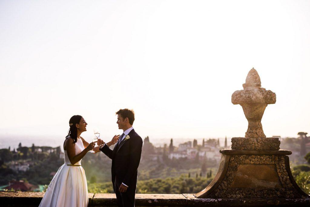 gli sposi brindano durante il ricevimento di matrimonio