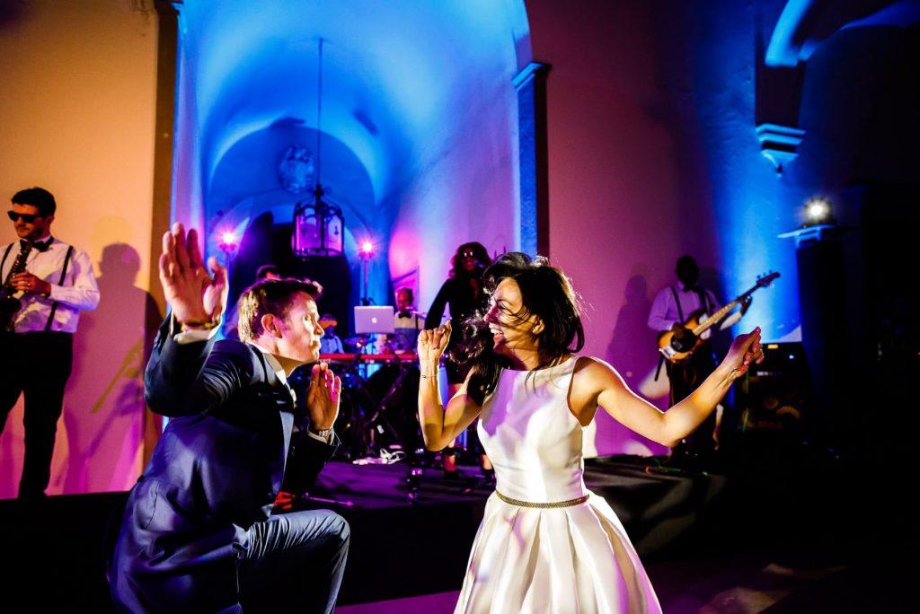 gli sposi ballano durante la festa di matrimonio