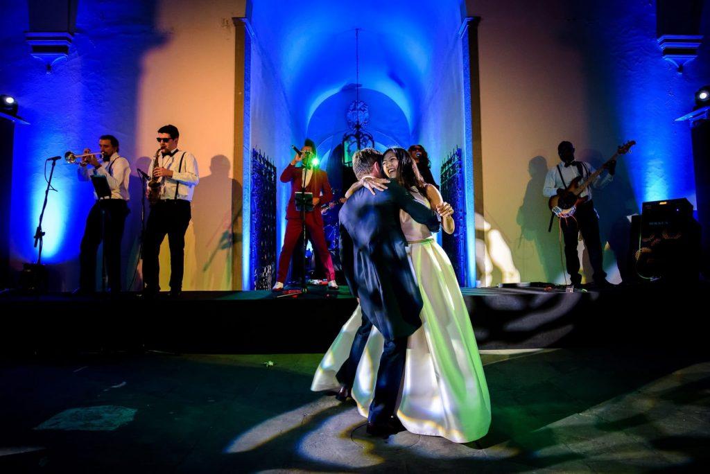 primo ballo degli sposi con gruppo musicale che suona