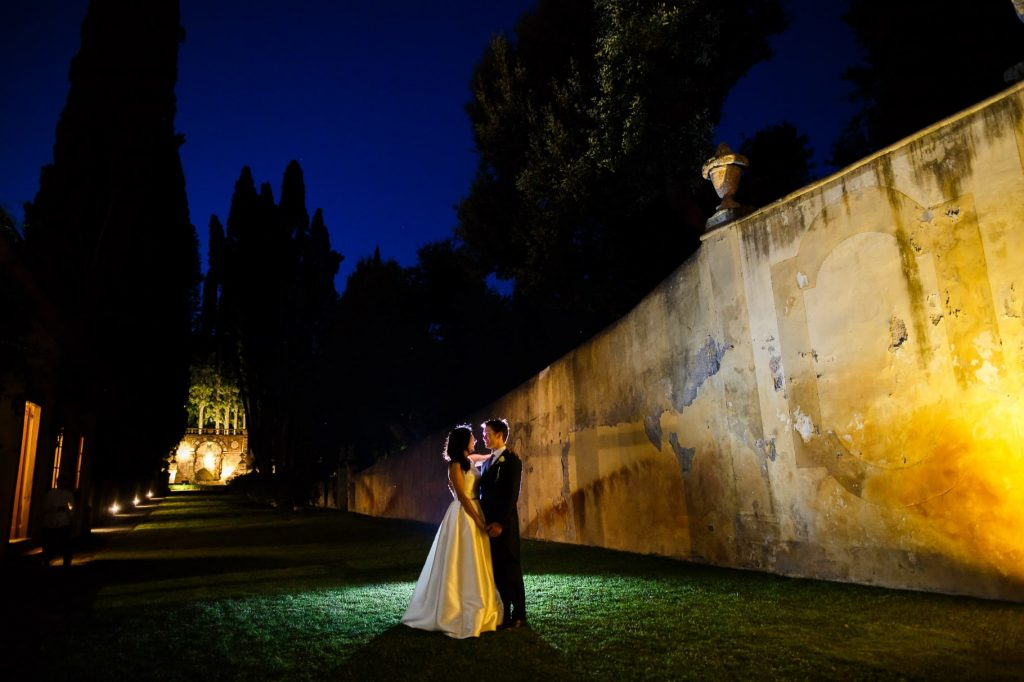 ritratto notturno degli sposi al matrimonio a villa gamberaia a Firenze