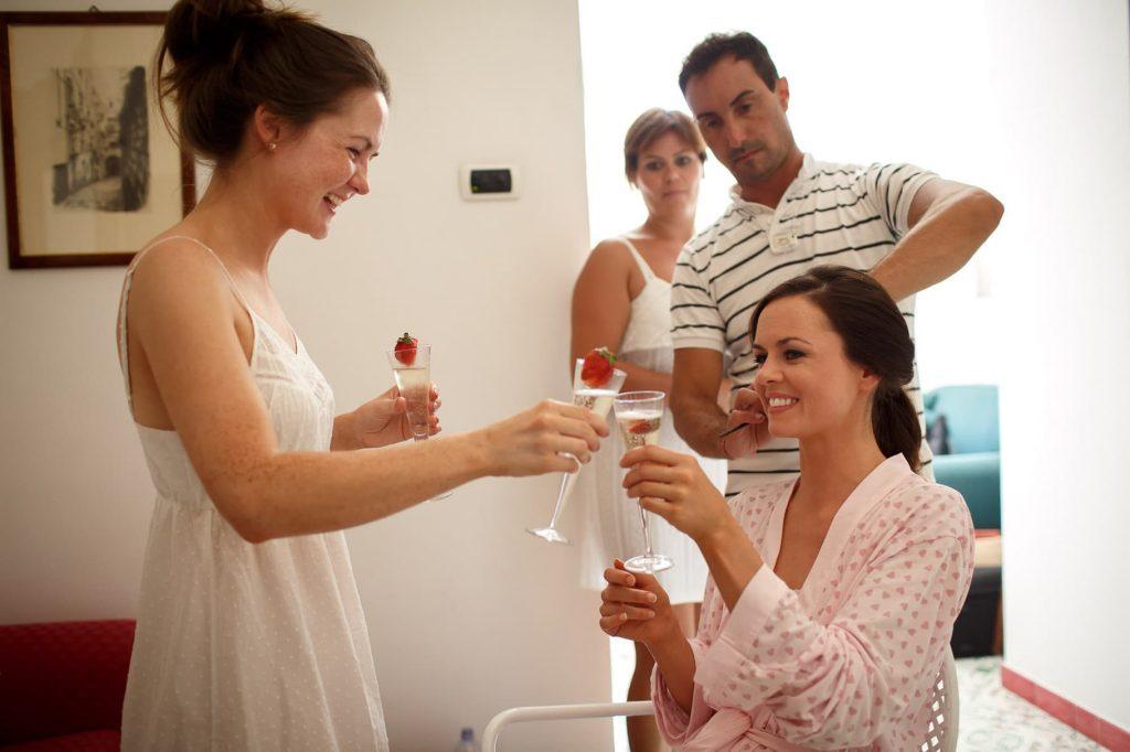 la sposa brinda con la sorella ai preparativi sposa